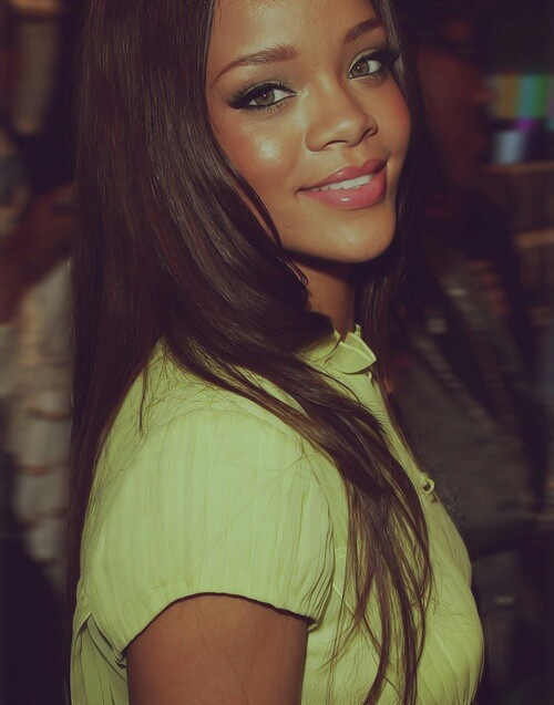 Really Pretty Makeup: Rihanna Looks Really Pretty In This Pic