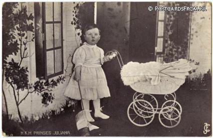 1916  Prinses Juliana met haar poppenwagen.