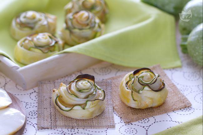 I rotolini di zucchina in sfoglia sono un antipasto sfizioso e leggero, con pasta sfoglia che avvolge fettine di zucchine