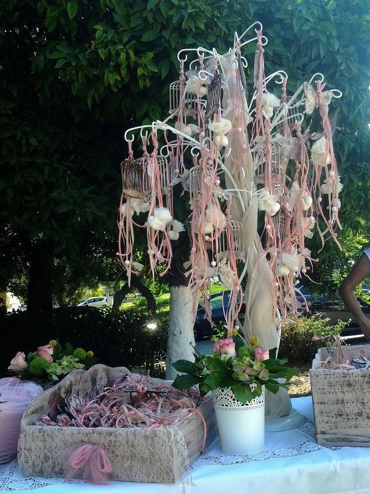 Κρεμαστές αέρινες μπομπονιέρες σε λευκές και ροζ αποχρώσεις, διακοσμούν με χάρη των τραπέζι των μπομπονιέρων και και συνθέτουν μια vintage εικόνα που θα αγαπήσετε.