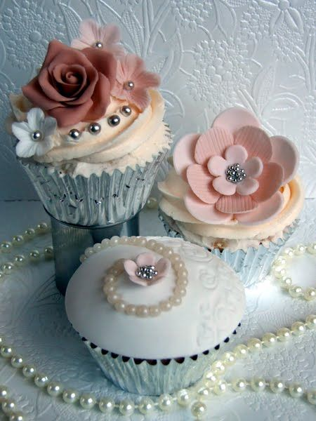 Pearls are always a great! - Cupcakes and Cardigans: Cupcakes Art