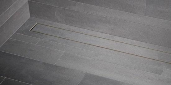 Inloopdouches zijn erg populair. Voor de waterafvoer wordt vaak gekozen voor een douchegoot. Deze zijn meestal uitgevoerd in RVS. De nieuwe Shower Drain van Mosa is echter gemaakt van keramiek zodat hij prachtig opgaat in de tegelvloer van de badkamer.