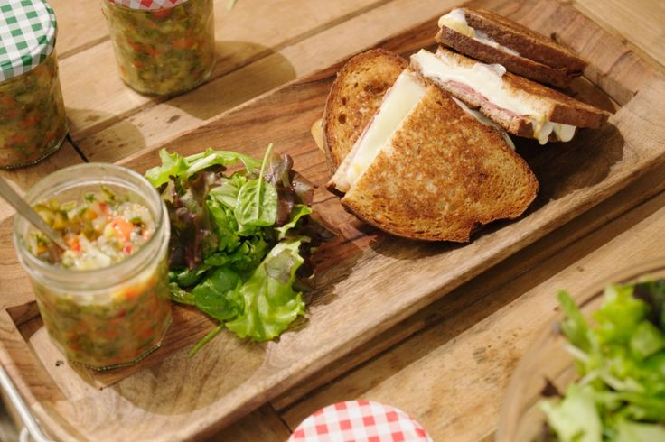 Dit is een luxueuze croque monsieur met lekkere Belgische kaas en rauwe ham. Daar komt een relish bij: een zoetzure koude saus met kleine stukjes.
