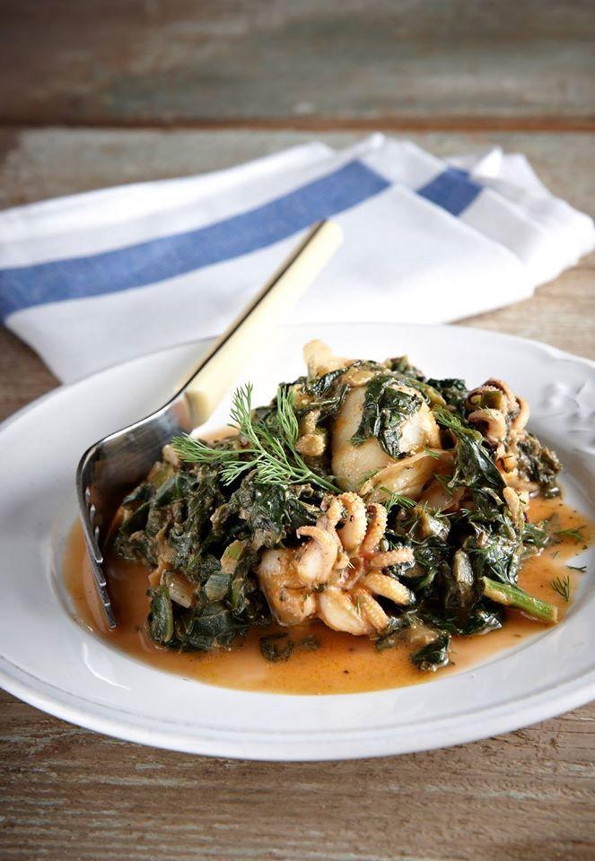 Ένα πολύ νόστιμο πιάτο που συνδυάζει αρώματα γης και θάλασσας με τις σουπιές να σιγομαγειρεύονται με χόρτα και φρέσκα μυρωδικά