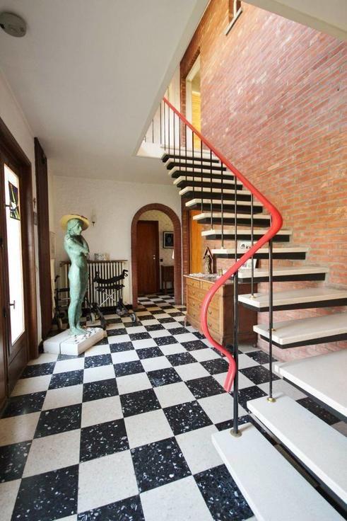 Te koop - Villa 5 slaapkamer(s)   - In deze residentiële woonbuurt, treft u deze karaktervolle villa aan van beginjaren '60 op een perceel van net geen 10 are. Zij biedt heel wat ruimte,  - bouwjaar: 1961-01-01 00:00:00.0 1 bad(en) -   4 gevel(s) -  2 toilet(ten) -  - oppervlakte kelder: 31 m2 - oppervlakte keuken: 10 m2 - oppervlakte living: 37 m2