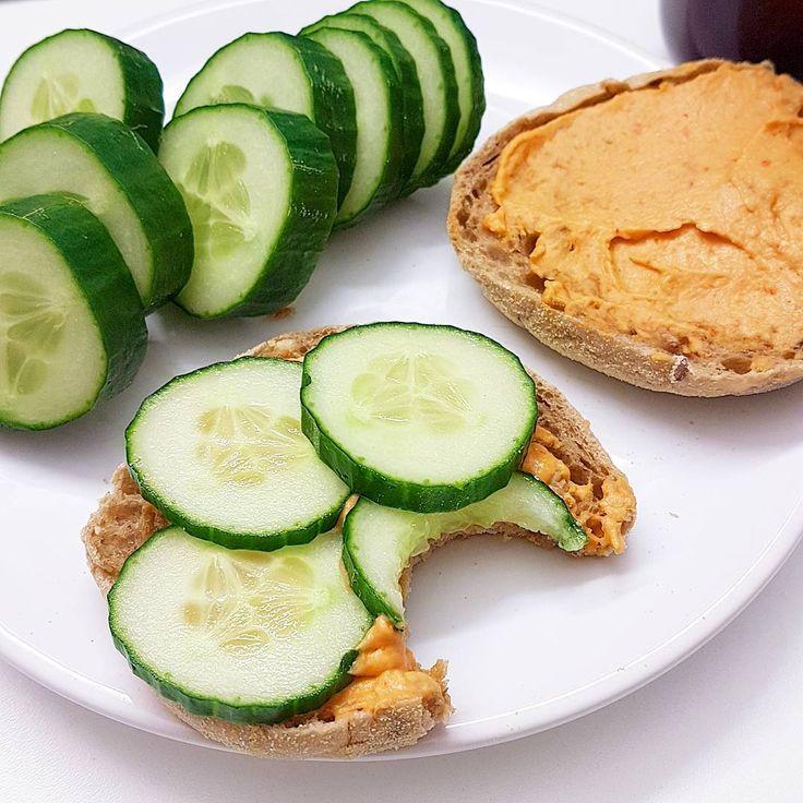 Toastbrtchen mit pikantem Hummus und Gurke Immer wieder lecker foodhellip