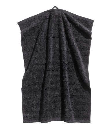Siyah. Dokuma tekstüre çizgili kalın pamuklu havlu kumaşından el havlusu. Bir kısa kenardan askılı.