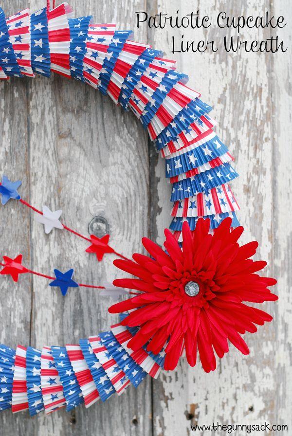 Corona patriótica con moldes de magdalenas - Patriotic Cupcake Liner Wreath http://www.thegunnysack.com/2014/05/patriotic-cupcake-liner-wreath.html
