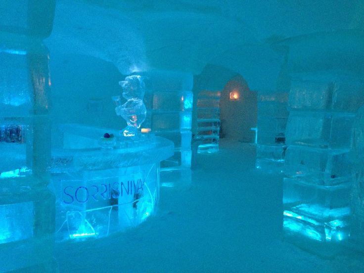 Igloo Hotel nel Alta, Finnmark Situata a 20 km dal centro di Alta, lungo il fiume Alta, è questo hotel speciale igloo. L'imponente struttura di 2.000 mq è composta interamente da neve e ghiaccio Renna pad in pelle a pelo e sacchi a pelo ultra-calde sono forniti.Con una temperatura costante tra -4 e -7 ° C, Sorrisniva ha anche una sauna e 2 vasche idromassaggio all'aperto per il riscaldamento e il relax. Sculture di ghiaccio artistiche sono esposte in tutto l'hotel.