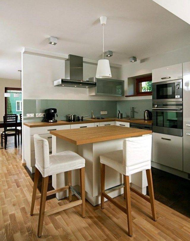 meubles de cuisine en blanc et bois clair avec crédence en gris vert