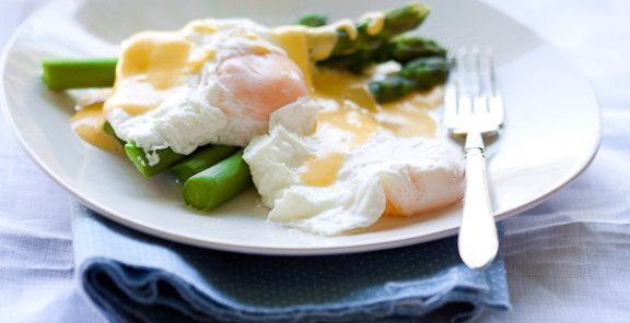 Poached eggs on Asparagus with Hollandaise   KitchenDaily.ca