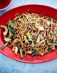 Recette Nouilles chinoises sautées au porc et gingembre : Coupez 200 g d'échine de porc en lanières et faites-le mariner 30 mn dans 2 cuil. à soupe de sauce de soja, 2 cuil. à soupe de vin de Shaoxing et 1 cuil. à soupe d'huile de sésame.Faites cuire 300 g de nouilles de blé tendre dans ...