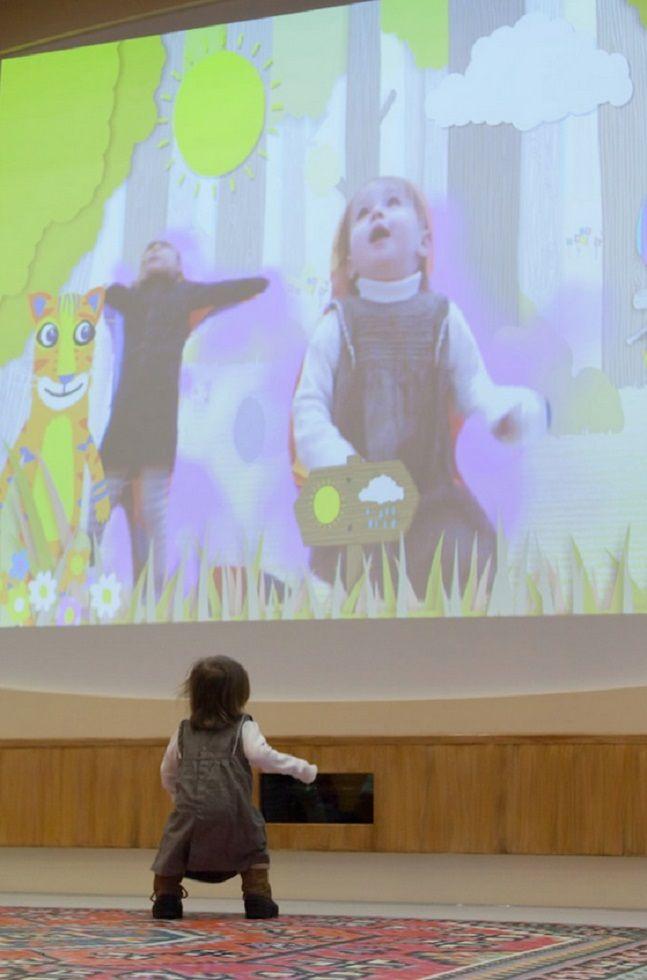 Instalado noRoyal London Hospital, os arquitetos Richard Cottrell e Vermeulen juntos com o designer Lorag Myerscough criaram um parque infantil com objetos e brinquedos em dimensões gigantescas que mais parecem Alice no País das Maravilhas. A intenção inovadora é mostrar que a interação das crianças com o lúdico tem um grande poder de cu...