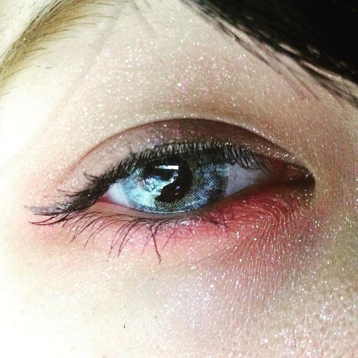外国のモデルさんのような色素の薄いアンニュイな目元に憧れているなら、赤いアイシャドウを使ったアイメイクがおすすめです。肌の黄色い私達でも色素の薄い人のような透明感が簡単に手に入りますよ♩赤シャドウの使い方やメイクのやり方の他におすすめのコスメも紹介しいているので参考にしてみてくださいね♩赤アイシャドーで色素薄い系女子!