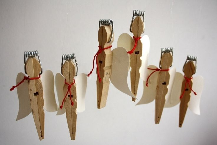 süße kleine Engel aus Holzwäscheklammern mit Flügel aus Papier