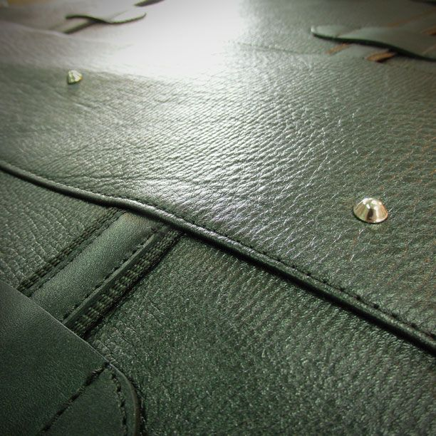 Produkcja - torba męska podczas produkcji hand made