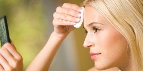 Combattre les taches de vieillesse   Le vinaigre de cidre contient aussi du soufre. élément  connu pour agir sur les effets du vieillissement. Par conséquent,  IL est un traitement utile contre les taches de vieillesse. Comment faire : préparez un mélange de 2 cuillères à café de vinaigre de cidre et 1 cuillère à café de jus d'oignon.  Appliquez ce mélange quotidiennement sur les taches de vieillesse. Elles vont commencer à disparaître après seulement 15 jours de ce traitement