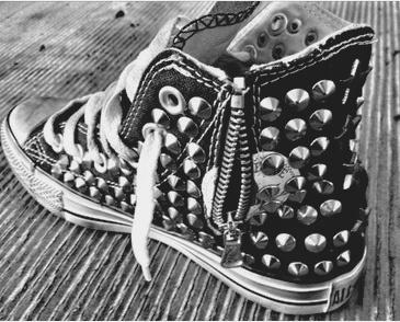 Spiked and studded converse. #Rock.  Forte, decisa e a volte un po' ribelle.  Dettagli ricercati, colori scuri e accessori cool.   ORLY - TUTTE le donne che sei per TUTTO il tempo che VUOI.  www.smaltiorly.it