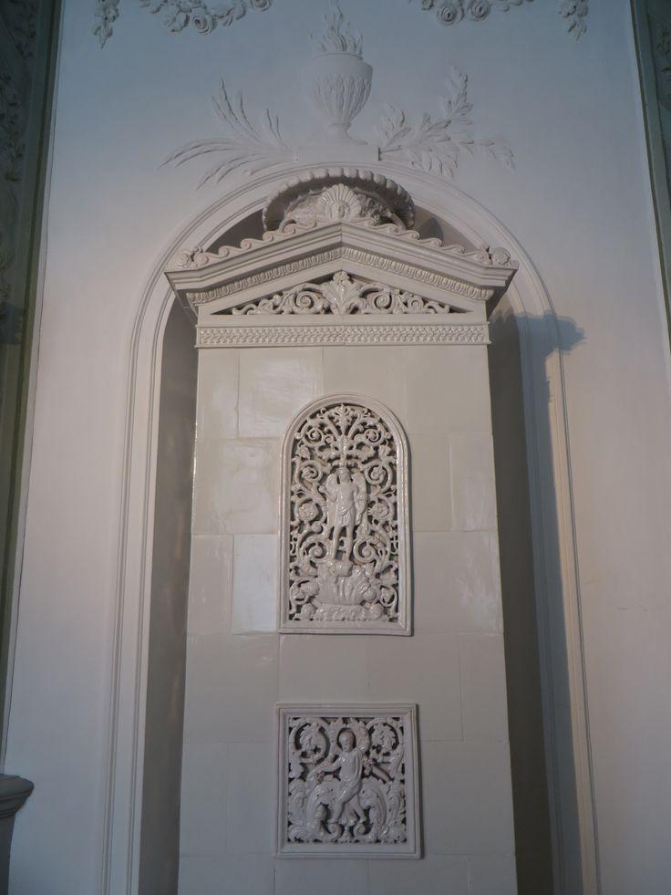 Poêle en faïence, XIXe, château ducal, Eutin, Ostholstein, Schleswig-Holstein, Allemagne.   Château médiéval transformé au cours des siècles. D'abord résidence des princes-évêques de Lübeck, puis résidence d'été des ducs d'Oldenbourg dont il resta la propriété jusqu'en 1919, c'est maintenant un musée ouvert au public.