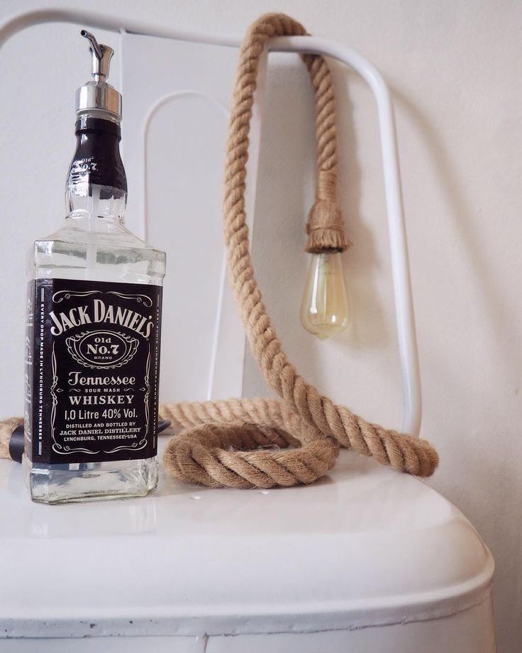 Styling met items van @hollywoodmeubels Fijne avond! #fijneavond #hollywoodmeubels #stoel #chair #wit #zeep #soap #zeepdispenser #lamp #touw #gloeilamp #interior #interieur #decoration #blackandwhite #zwartwit #jackdaniels #whisky #whiskey #bottle #deco #inspiration #inspiratie by enstijl