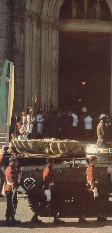 Despojos da Princesa Isabel e do Conde d´Eu sendo levados à Catedral de Petrópolis, no Rio de Janeiro.