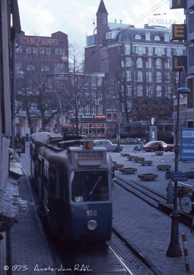 1973 | Bakkerstraat richting Rembrandtplein. Van 1894 tot 1985 liep er een tramlijn door de smalste tramstraat van Amsterdam, de Bakkerstraat (zijstraat Rembrandtplein richting Amstel). Sinds 1985 loopt de tramlijn via de Reguliersbreestraat.