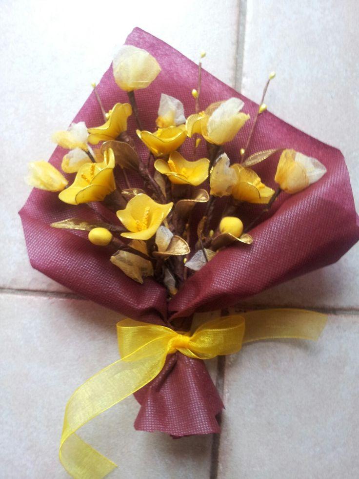 Composizione floreale con fil di ferro collant e guttaperca