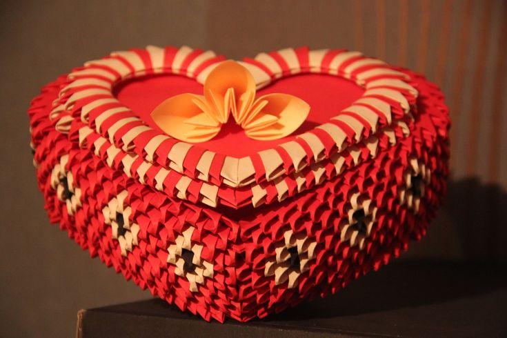 Film jest poradnikiem pokazującym jak złożyć pudełko w kształcie serca z origami…