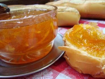 Geleia de laranja 12 laranjas 1 Kg de açúcar 1 copo de água MODO DE PREPARO Tire a casca de 3 laranjas e corte em tirinhas finas Faça o suco de 6 laranjas Das outras 6 laranjas aproveite a polpa sem tirar o suco Coloque as cascas da laranja em uma panela, dê uma fervura e jogue esta água fora Depois coloque na panela as tirinhas, o suco, a polpa, o açúcar e a água e deixe ferver em fogo baixo até engrossar A geléia estará pronta quando levantar uma espuma e ficar com brilho