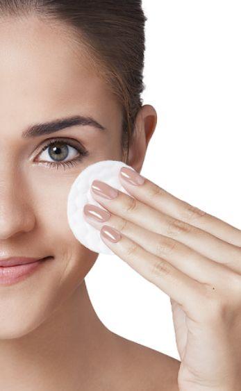 Usar maquiagem faz parte da rotina de beleza diária da maioria das mulheres. Mas, tão importante quanto um make benfeito, é a limpeza e remoção total dos produtos após o uso. Este processo é fundamental para conquistar uma pele saudável, pois o acúmulo de resíduos causa obstrução dos poros e aparição de espinhas e cravos. Além disso, dormir maquiada acelera o processo de envelhecimento.