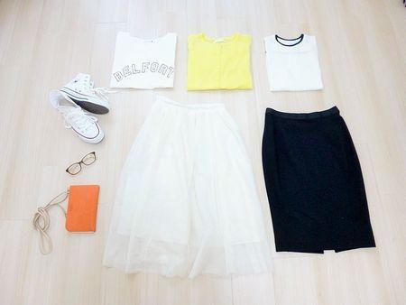 【女性ミニマリストのワードローブから学ぶ、少ない服でおしゃれになる方法】白のシフォンスカート、黒のペンシルスカート、白Tシャツ、黄カーディガン、白のノースリーブ、メガネ、オレンジの財布、白のスニーカー