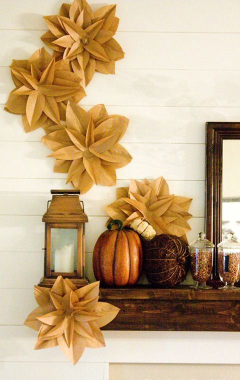 All of our favorite traditional autumn colors are used in this mantel's decor #thanksgiving