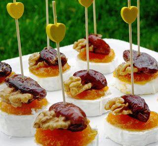INGREDIENTES  Queso rulo de cabra Dátiles rellenos de nueces de El Datilero Mermelada de zanahoria casera   MODUS OPERANDI  Cortar el queso ...