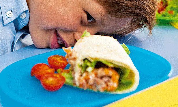 Tortilhas de atum - sem sombra de dúvida a melhor sugestão para servir a crianças. Podem prepará-las sozinhos e misturar os vários ingredientes que preferirem. Para um piquenique ou festa também dão jeito porque podem ser comidas à mão.