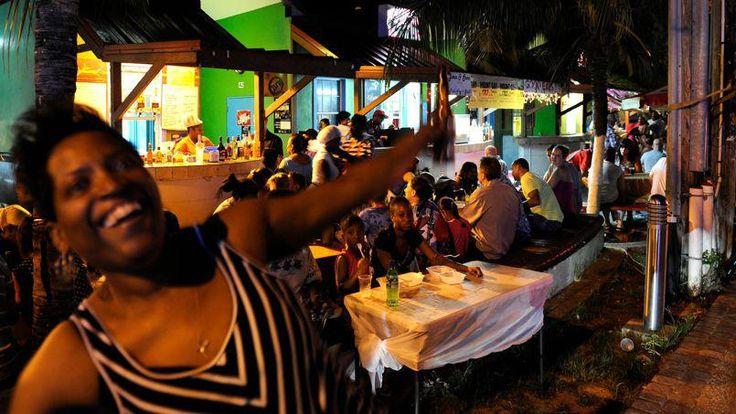 La Barbade a laissé s'épanouir un art de vivre, une musique, une gastronomie. Ici, barbecue et danse tous les vendredis soirs dans le village d'Oistins.