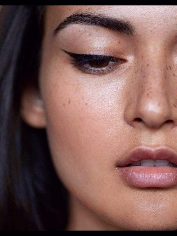 Blu, bianco e tonalità bronze sugli occhi e rosso aranciato o rosa delicato per rossetti e lucidalabbra. Ecco 20 idee di make-up perfetto...