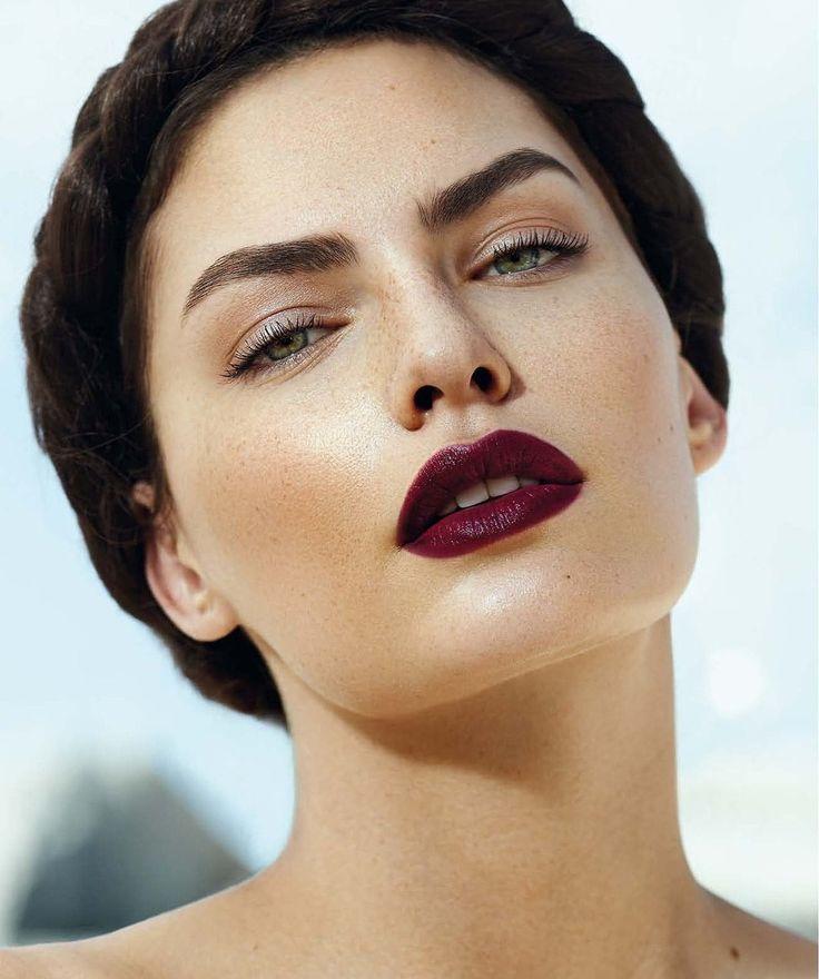 Kolor ciemnego wina – marsala – to odcień który wygląda pięknie na ustach!