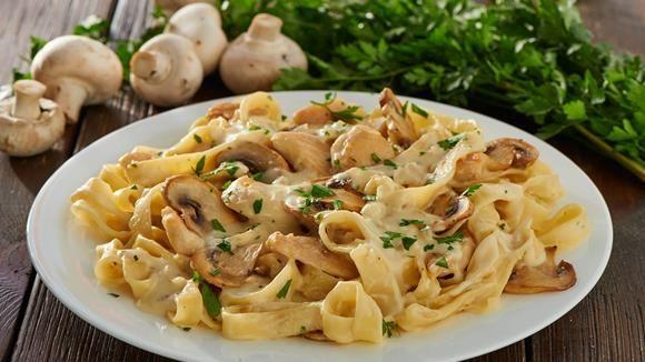 Dieses Gericht hält die Familienbande zusammen: Bandnudeln mit Champignon-Rahm-Sauce.
