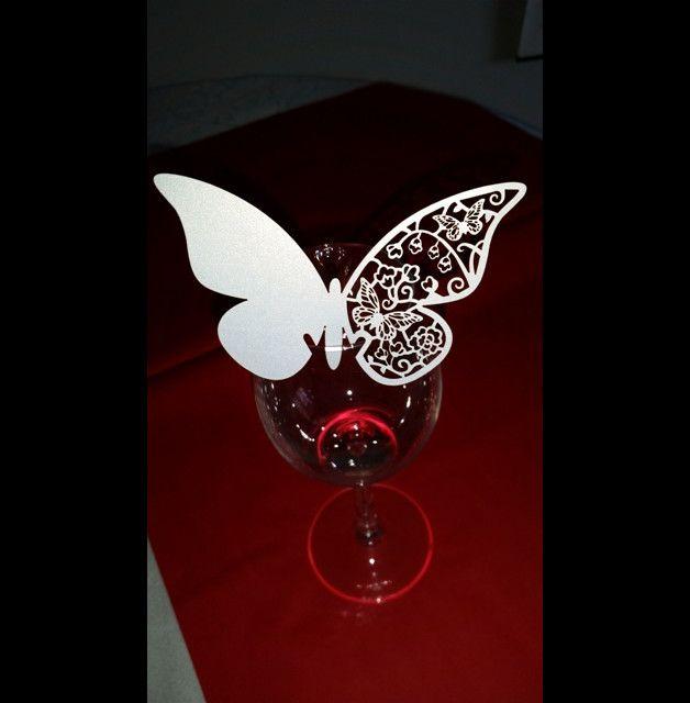 Eine elegante Alternative zur klassischen Tischkarte sind diese perlglanz - weißen Namenskarten in Schmetterlingsform. Die Schmetterlings-Namenskarten, die an Gläsern befestigt werden, bestehen aus...