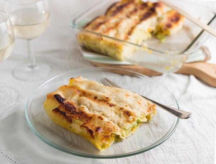 Cannelloni di verza e porri con salsa di zucca. I cannelloni ripieni di verza e porri con salsa di zucca sono un primo piatto gustoso, adatto anche a chi segue una dieta vegetariana. Una ricetta facile da realizzare e davvero squisita. In abbinamento a Soave Classico Grisela Tessari