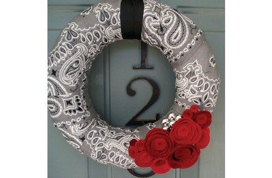 Carolina Manufacturing Bandana Wreath. Love the grey bandanas used in this project.