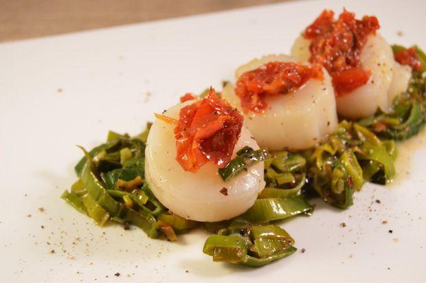 Gepocheerde coquilles met prei en zongedroogde tomaten #voorgerecht #recept #coquille