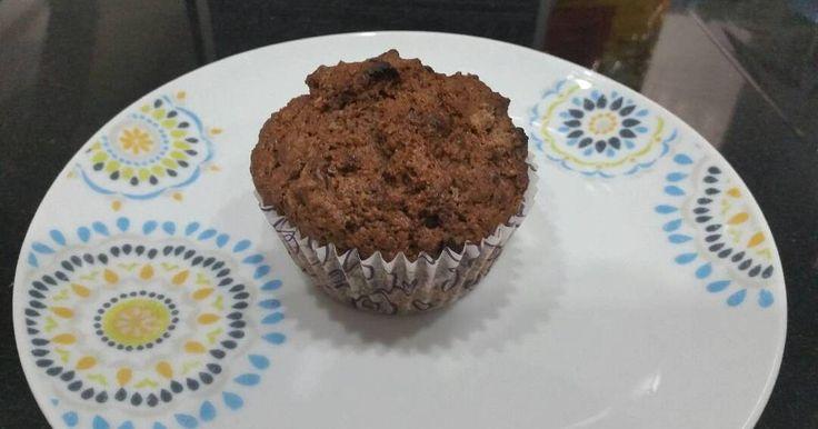 Mennyei Bögrés Muffin alaprecept recept! Ez egy ezeréves bögrés muffin alaprecept. Kerestem egy gyorsan és egyszerűen elkészíthető muffint és a sok sütés alatt ezt sikerült összehozni. Kivétel nélkül mindig, mindenkinek sikerül és azt lehet hozzátenni, amit csak akarunk. Most kakaóport tettem bele és maradék kinder tojás csokit, de szoktam belesütni lekvárt, kandírozott gyümölcsöt, vagy feldobom egy kis áfonyás mascarpone krémmel.