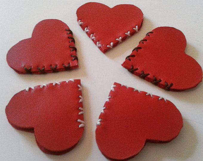 Marcapáginas de cuero rojo hecho a mano con cariño regalo para lectores bookmark leather con forma de corazón rojo