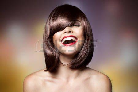 acconciature: Sorridente Bella Donna Con Barba. Haircut. Hairstyle. Fringe. Trucco professionale. Archivio Fotografico