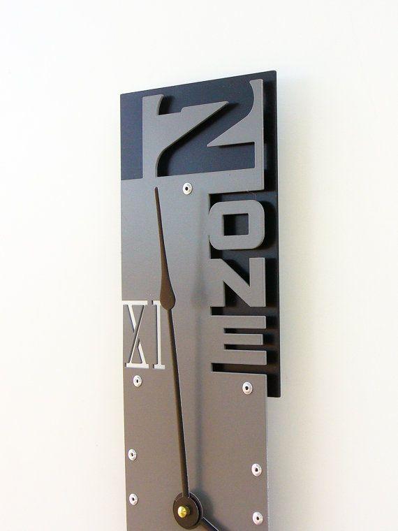 En infériorité numérique VII grande horloge murale par All15Designs