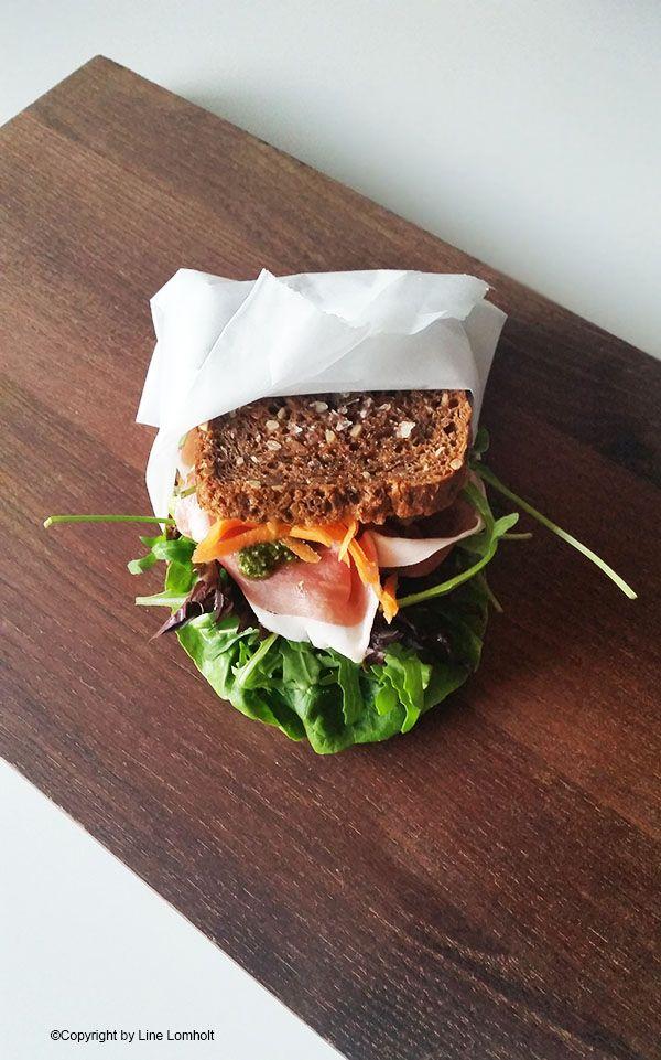 Sprød rugbrødssandwich med parmaskinke, pesto og ruccola