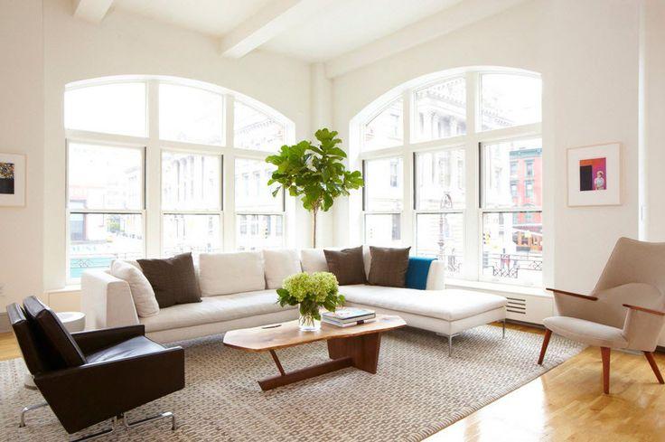 Soggiorno moderno contemporaneo con grandi finestre ad arco per un'ampia illuminazione naturale - guida breve prezzi infissi pvc