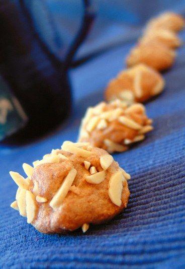 Mandelkugeln - Gesunde Plätzchen  - Ein frischer Apfel macht diese Plätzchen zu einem fruchtig-saftigen Genuss. Zutaten: 200 g Honig 2 Eier 350 g geriebene Mandeln 1 Apfel Mark einer Vanilleschote Zubereitung: Honig und Eier schaumig rühren...