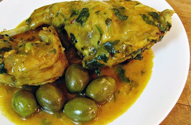 Coniglio allo zafferano con olive verdi - Una raffinata ricetta che unisce un ricco bouquet di erbe aromatiche e lo zafferano per un arrosto di carne.
